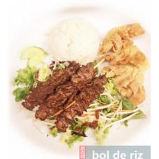 Bento brochettes de bœuf en salade sauce BBQ un peu épicé et ses raviolis